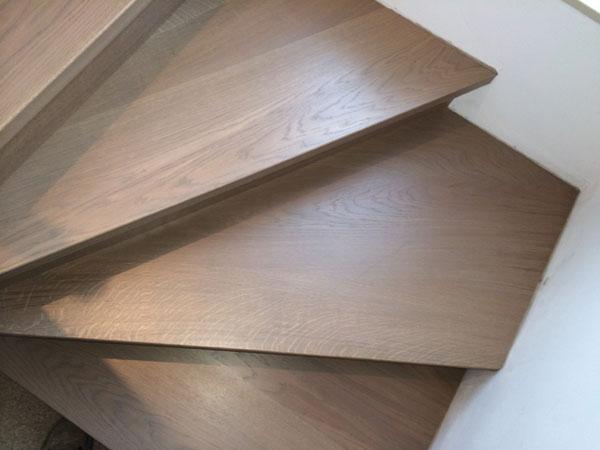 Verschillende houtsoorten houten trappen limburg for Houten trap behandelen